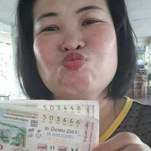 แม่ค้าหวยเร่ให้โชคใหญ่ สาวเสิร์ฟเมืองรถม้าชีวิตพลิก ถูกหวย 12 ล้านบาท